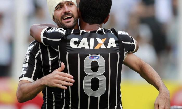 Danilo recebe o abraço de Paulinho (8) ao marcar o gol do Corinthians no empate em 1 a 1 com o Santos, que garantiu o título paulista para o Timão PAULO WHITAKER / REUTERS
