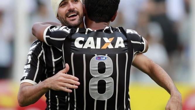 e39115a655 Danilo recebe o abraço de Paulinho (8) ao marcar o gol do Corinthians no
