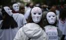 Manifestantes da chamada 'maré branca' usam máscaras em protesto contra cortes do governo Foto: Javier Barbancho/Reuters