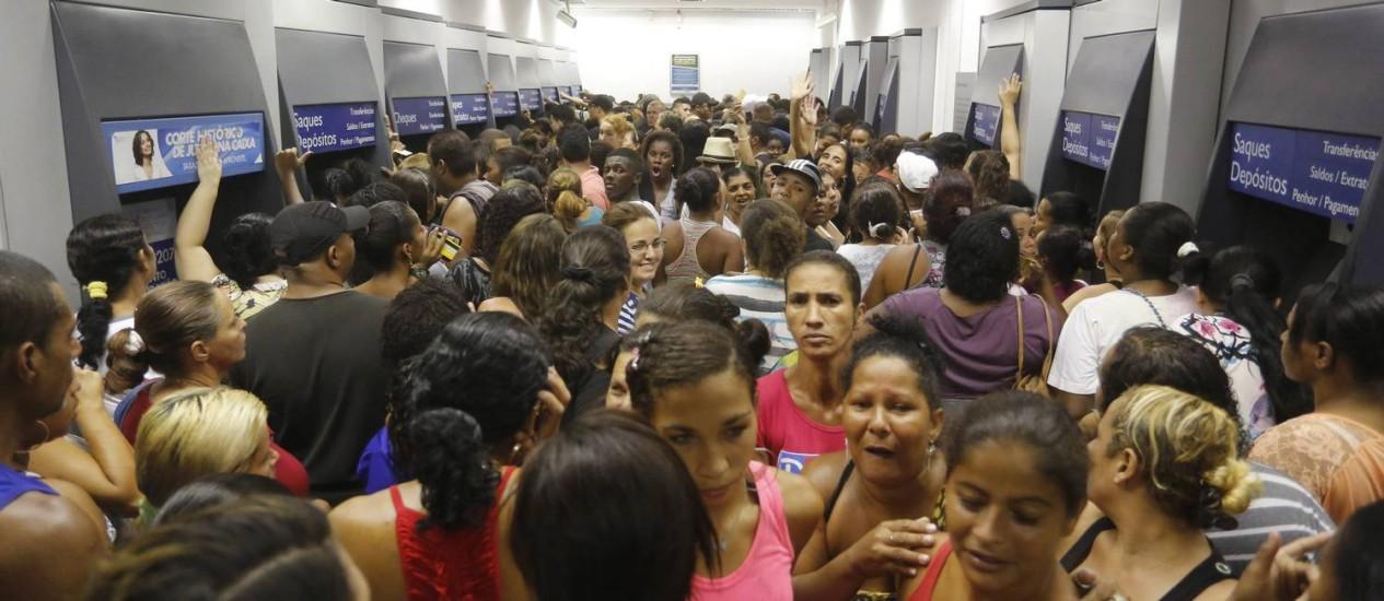 Tumulto causado pelo boato sobre a suspensão do Bolsa Família na agência da Rua Doutor Nilo Peçanha, em São Gonçalo Foto: Fabio Rossi / Agência O Globo