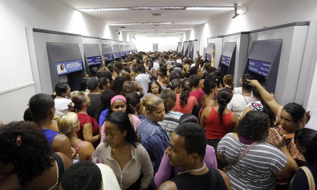 Tumulto na agência da Rua Doutor Nilo Peçanha, em São Gonçalo Foto: Fabio Rossi / Agência O Globo