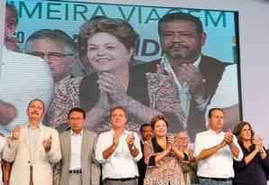 Dilma Rousseff durante discurso em Pernambuco, ao lado do governo Eduardo Campos (PSB), seu provável adversário em 2014 Foto: Divulgação / Presidência