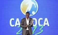Seedorf recebe o troféu de craque do Carioca Foto: Alexandre Cassiano / Agência O Globo