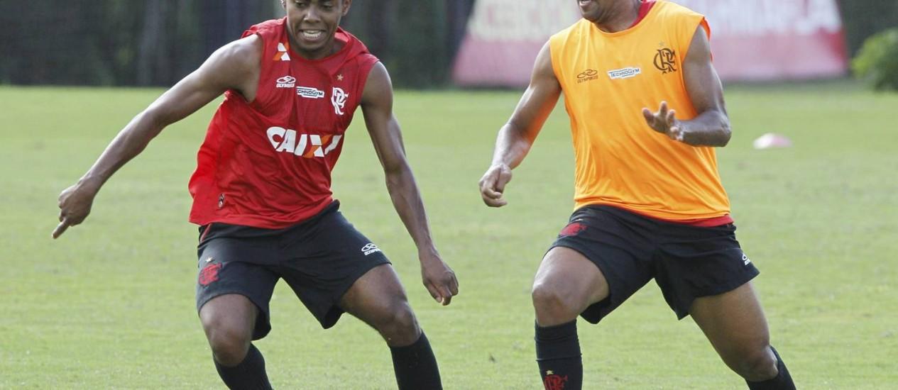 Elias disse que alguns estádios novos do Brasil vão virar elefantes brancos e que Neymar já deveria estar jogando na Europa Foto: Cezar Loureiro / O Globo