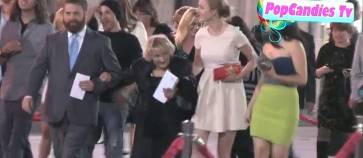 Zach Galifianakis e Mimi na pré-estreia de 'Se beber, não case 2', em 2011 Foto: Reprodução/YouTube