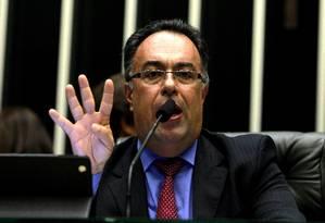 O presidente em exercício da Câmara, deputado federal André Vargas (PT-PR) durante seu discurso fala sobre declarações do ministro Joaquim Barbosa e a votação das 4 MPs, no Plenário da Câmara Foto: Ailton de Freitas / O Globo