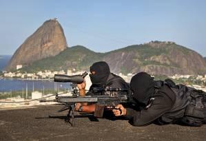 Atiradores de elite do Batalhão de Operações Especiais acertam detalhes de como vão atuar durante a Jornada Foto: Alexandre Cassiano / O Globo