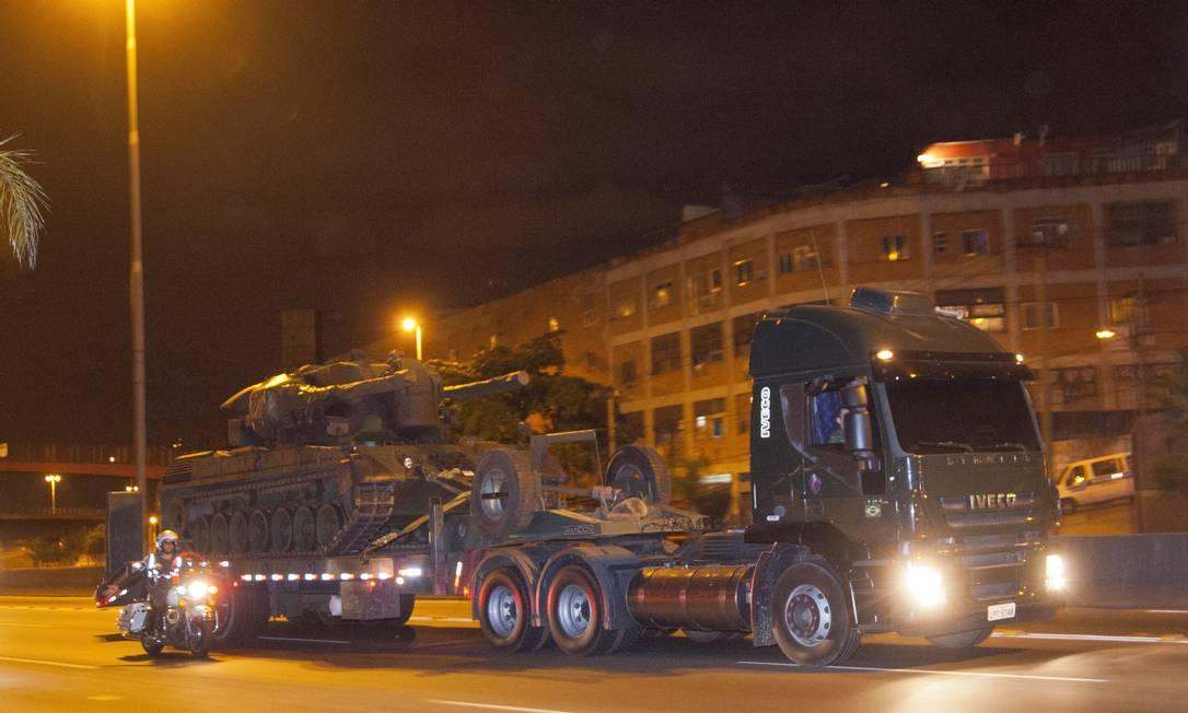 Novos tanques comprados pelo Estado são levados para o Batalhão de Deodoro pela Avenida Brasil Foto: Fernando Quevedo / Agência O Globo