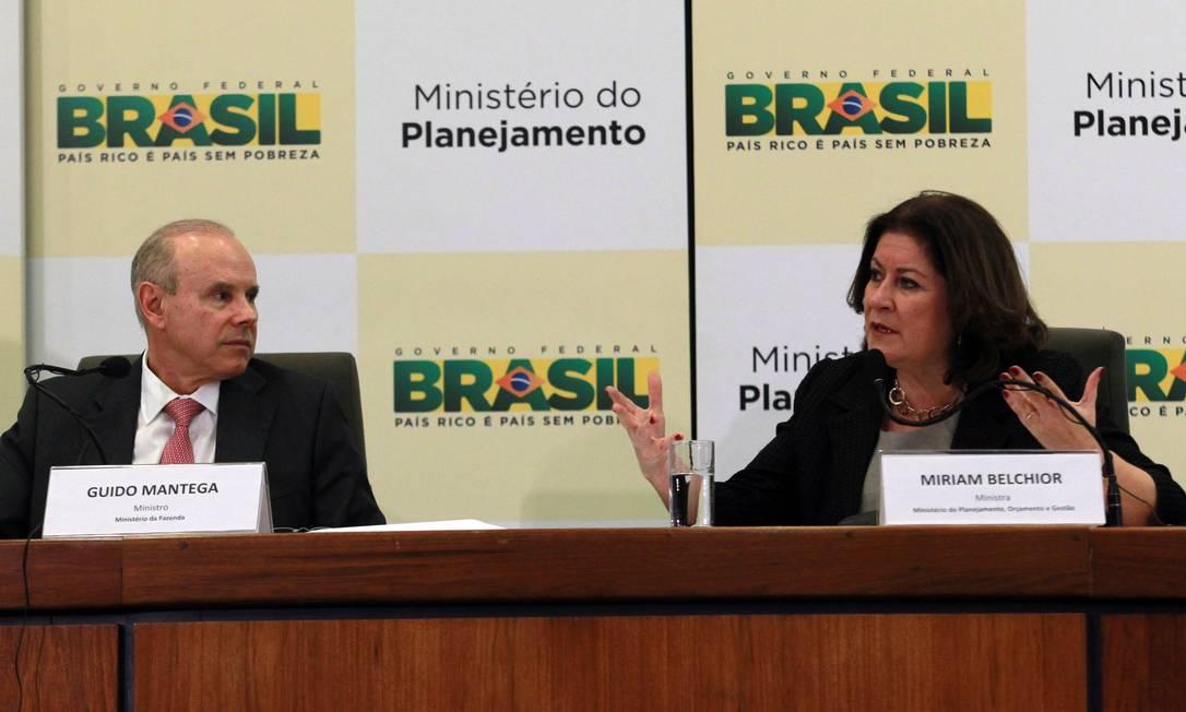 A ministra do Planejamento, Miriam Belchior, e o ministro da Fazenda, Guido Mantega, anunciam corte de despesas no Orçamento Foto: Givaldo Barbosa / O Globo