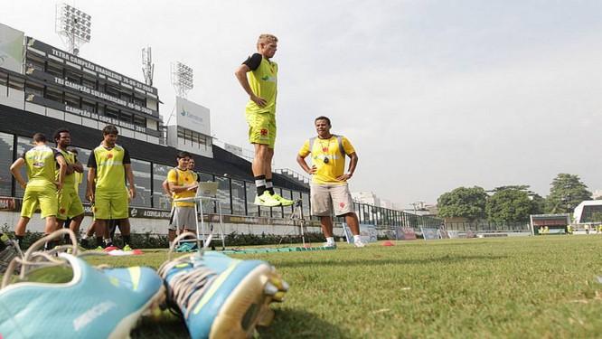 O meia Marlone se exercita no treino em São Januário Foto  Divulgação    Vasco 2eed0eac368d7