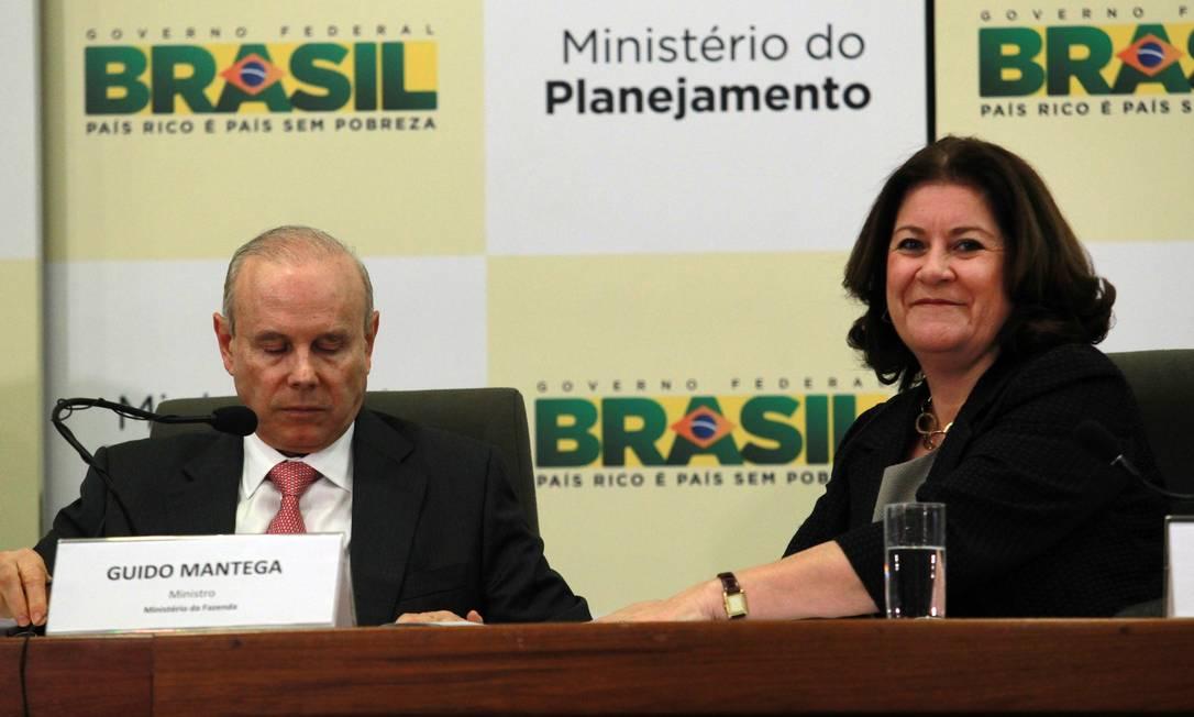 O ministro da Fazenda, Guido Mantega, e a ministra do Planejamento, Miriam Belchior, durante entrevista coletiva para falar sobre os cortes no Orçamento 2013 Foto: Givaldo Barbosa / O Globo