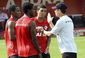 Luiz Antônio, Elias e Ramon recebem orientações de Jorginho durante o treino Foto: Cezar Loureiro / Cezar Loureiro