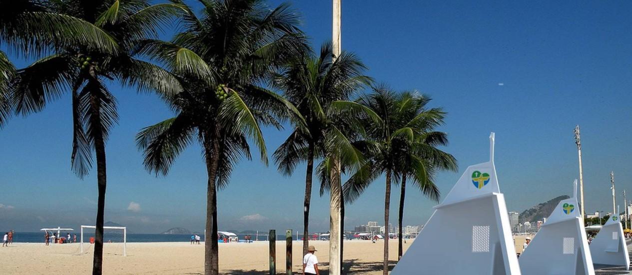 Os confessionários que lembram o Corcovado foram apresentados na Praia de Copacabana Foto: Divulgação