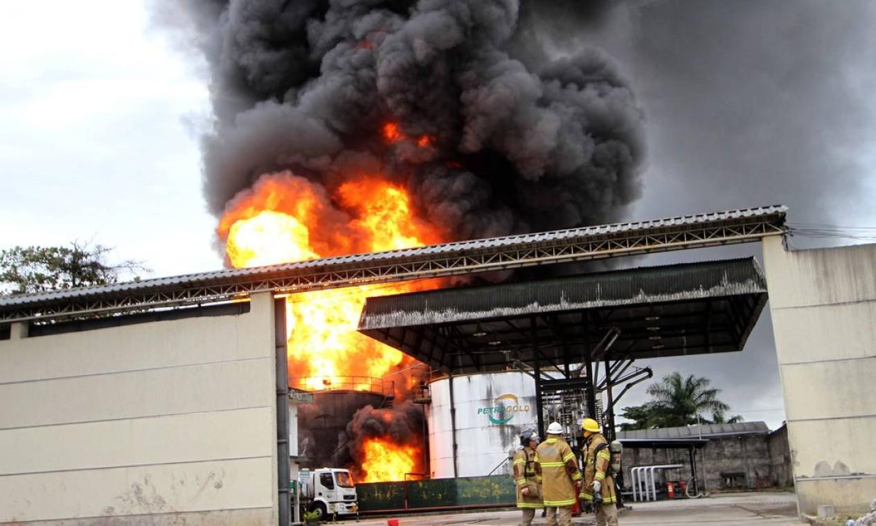 BX Duque de Caxias 22052013 Um incendio de grandes proporcoes na Petrogld em Duque de Caxias tenta ser contrloda pelo corpo de Bombeiros. Foto: Alexandro Auler/EXTRA Foto: AlexandroAuler / Agência O Globo