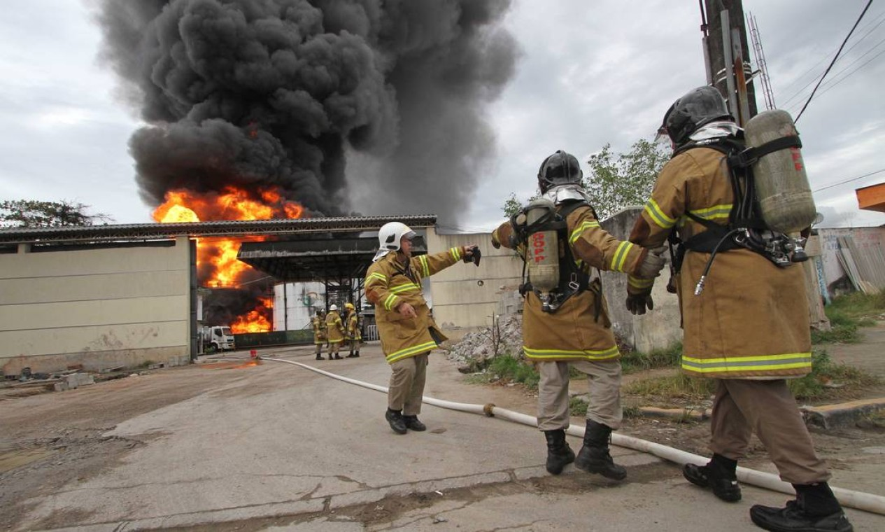 BX Duque de Caxias 22052013 Um incendio de grandes proporcoes na Petrogold em Duq de Caxias tenta ser controlado pelo corpo de bombeiros. Foto: Alexandro Auler/EXTRA Foto: AlexandroAuler / Agência O Globo