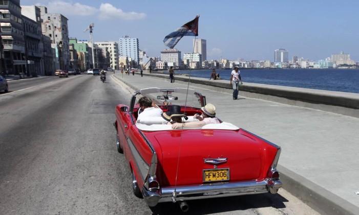 Turistas a bordo de um Chevrolet Bel-Air conversível ano 1956 no Malecon, em Havana Foto: DESMOND BOYLAN / o-REUTERS