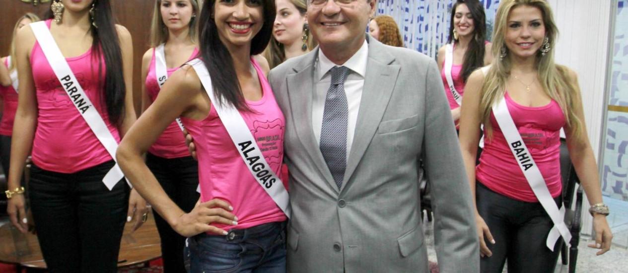 Renan Calheiros recebe visita da Miss Brasil - Globo 2013 Foto: Ailton de Freitas / O Globo