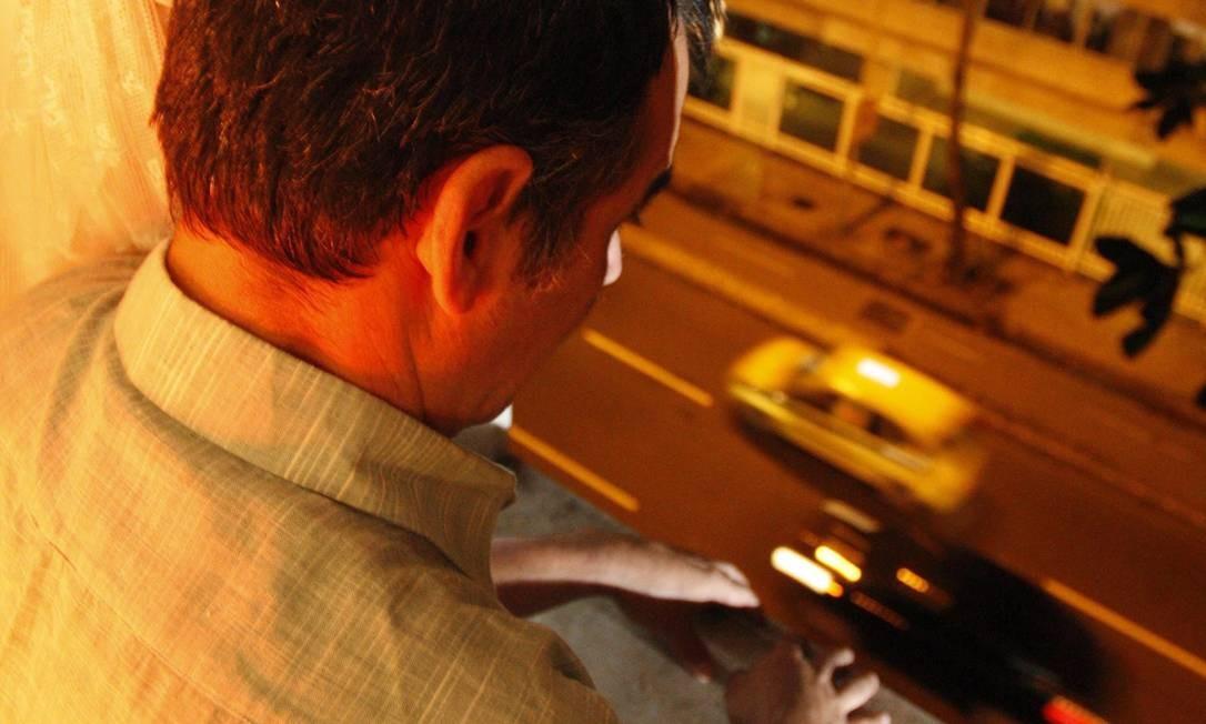 Da janela, morador observa rua Foto: Márcio Alves / O Globo