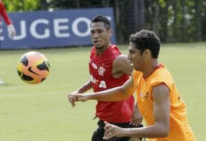 Hernane durante o treino do Flamengo no Ninho do Urubu nesta sexta Foto: Cezar Loureiro / Agência O Globo