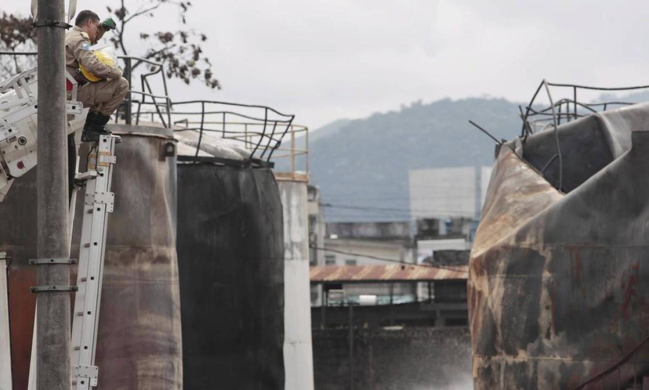 CI Rio de Janeiro ( RJ) 24/05/2013 Explosão de Deposito de combuistivel em Jardim Primavera em Duque de Caxias .Bombeiros exaustos conseguem controlar o fogo . Foto Cléber Júnior/ Extra Foto: Cléber Júnior / Agência O Globo