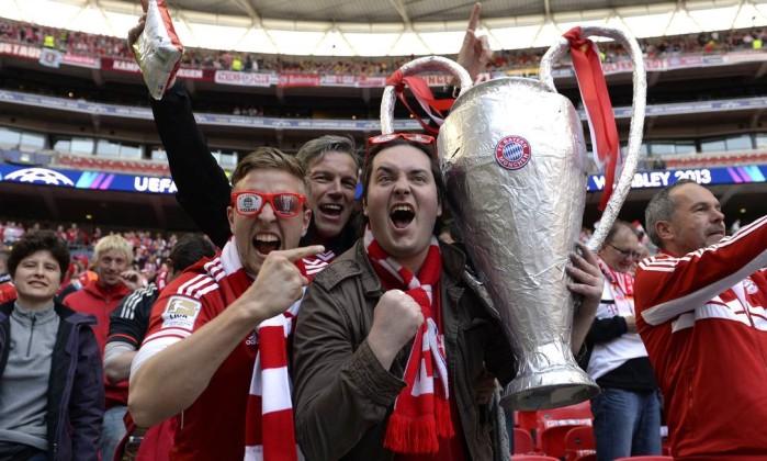 Torcedores do Bayern de Munique esperando o início do jogo. CHRISTOF STACHE / AFP