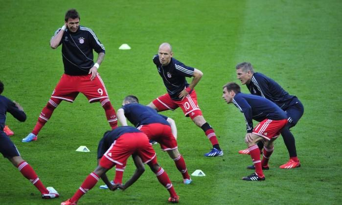 Robben (10) e os jogadores do Bayern nos últimos preparativos antes do jogo. GLYN KIRK / AFP