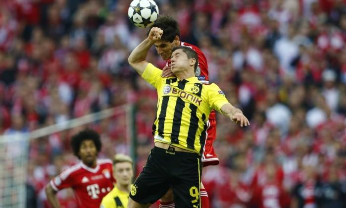 Martinez (Bayern) e Lewandowski (Borussia) em uma disputa acirrada. MICHAEL DALDER / REUTERS