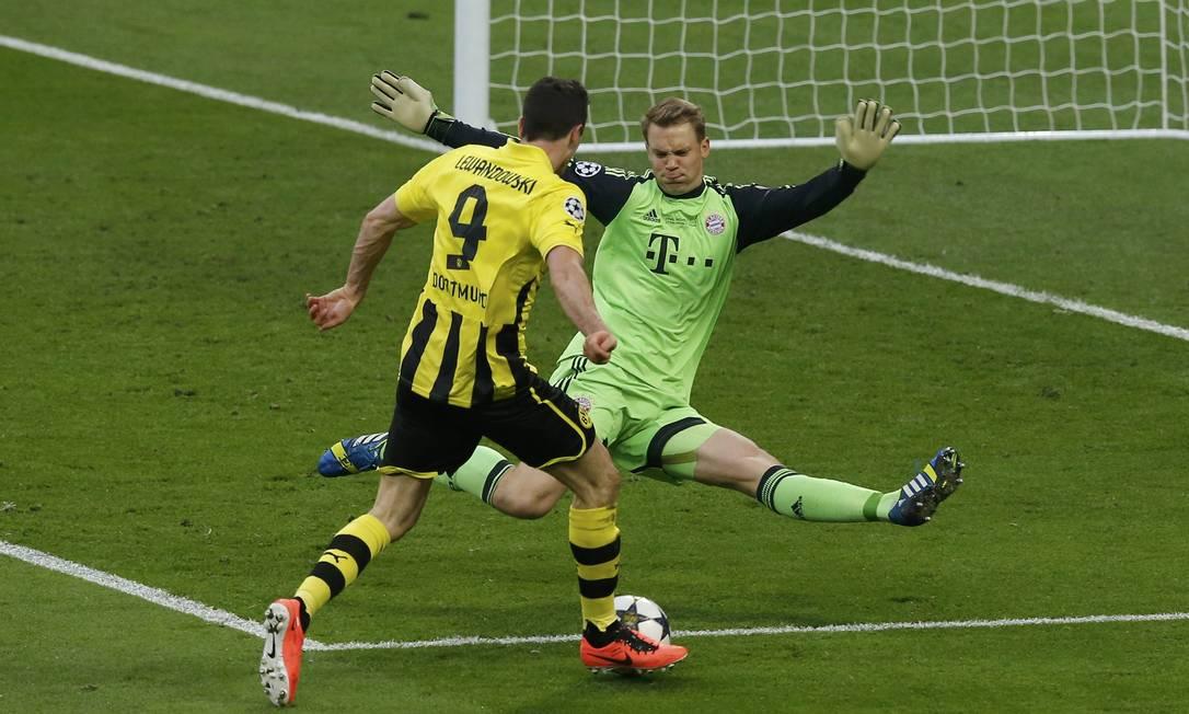 Neuer (Bayern) faz uma grande defesa e impede o gol de Lewandowski (Borussia) PHIL NOBLE / REUTERS