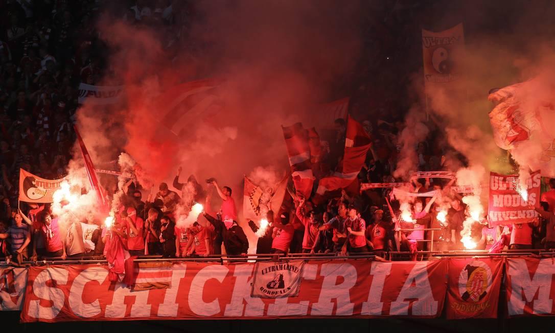 Torcedorem do Bayern fazem um belo show na arquibancada. Alastair Grant / AP