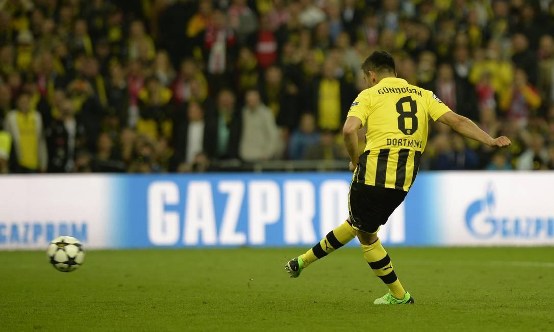 Guendogan empata a partida aos 23 minutos do segundo tempo, com gol de pênalti. ADRIAN DENNIS / AFP