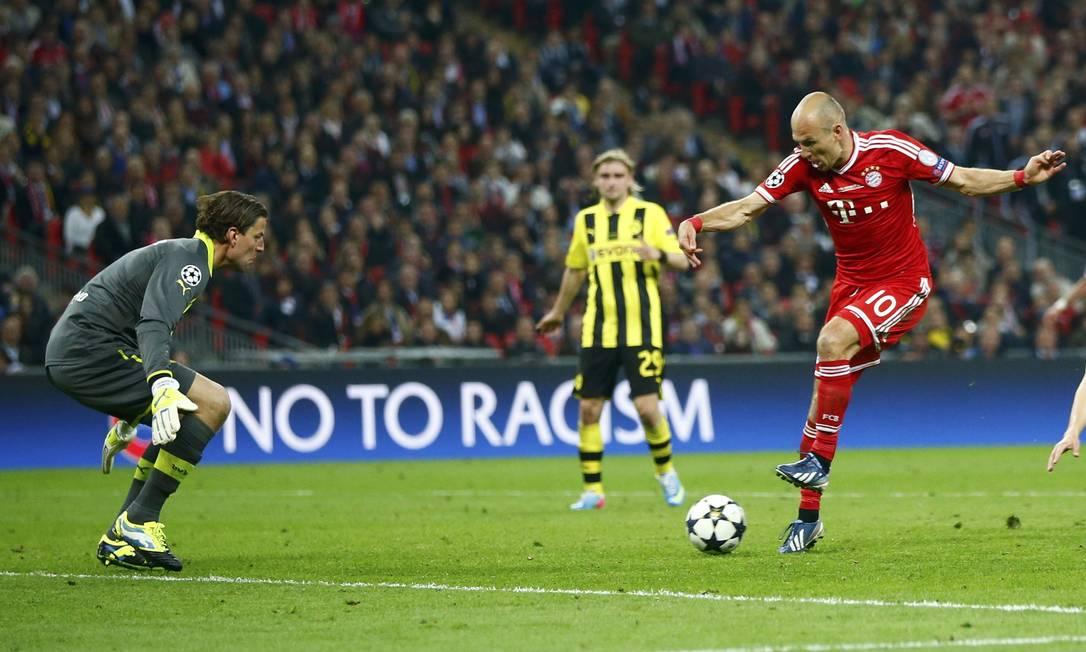 Robben dribla Weidenfeller e faz o gol do quinto título do Bayern de Monique. DARREN STAPLES / REUTERS