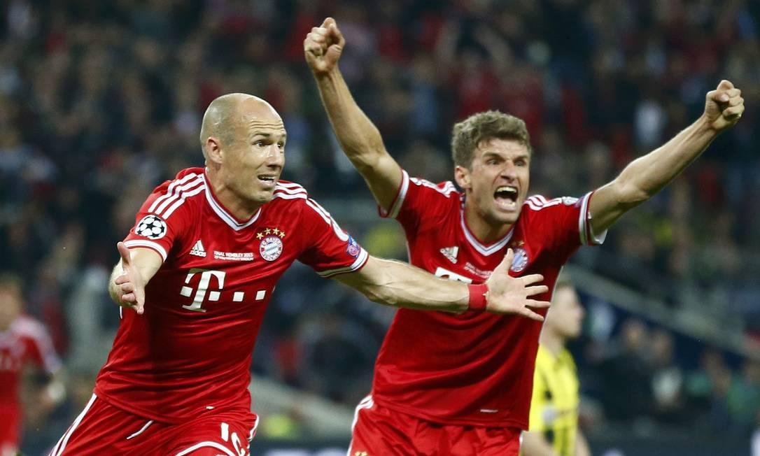 Robben e Mueller festejam o gol do título. DARREN STAPLES / REUTERS