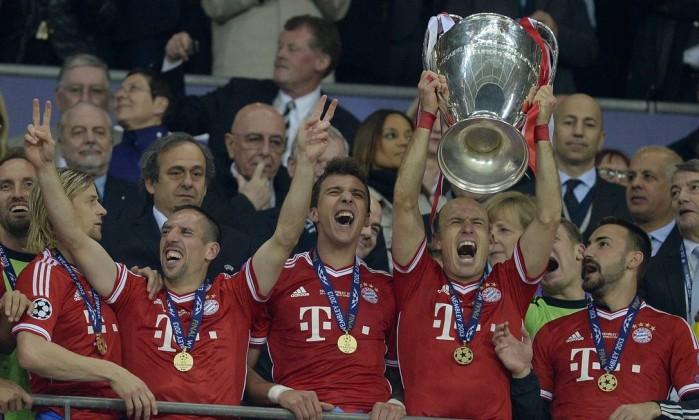 Herói do título com a taça da Liga dos Campeões da Europa. CHRISTOF STACHE / AFP