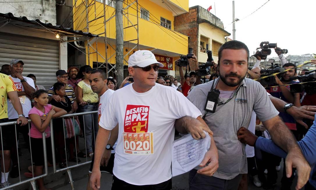 Secretário de Segurança, José Mariano Beltrame, participou da corrida no Alemão, que atrasou após tiroteio na região Foto: Domingos Peixoto / Agência O Globo