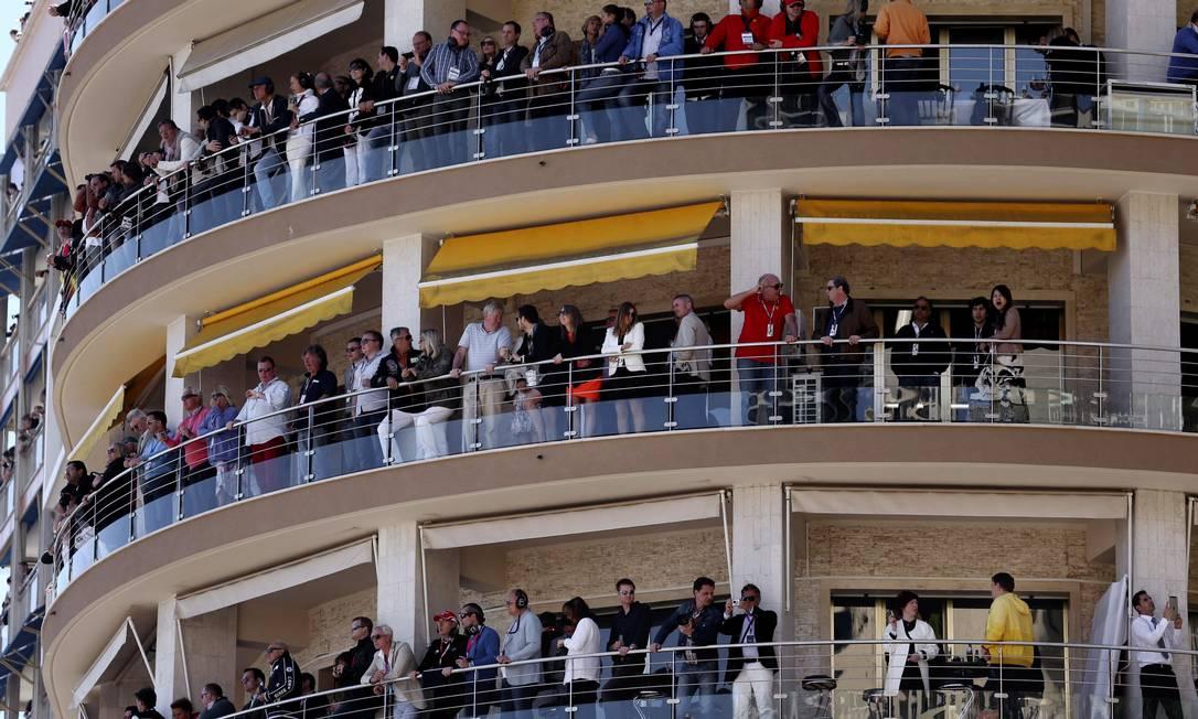 As luxuosas varandas dos prédios em Mônaco viram camarotes no dia da corrida. Luca Bruno / AP