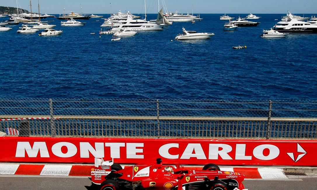 Fernando Alonso e o belo visual de Mônaco. Claude Paris / AP
