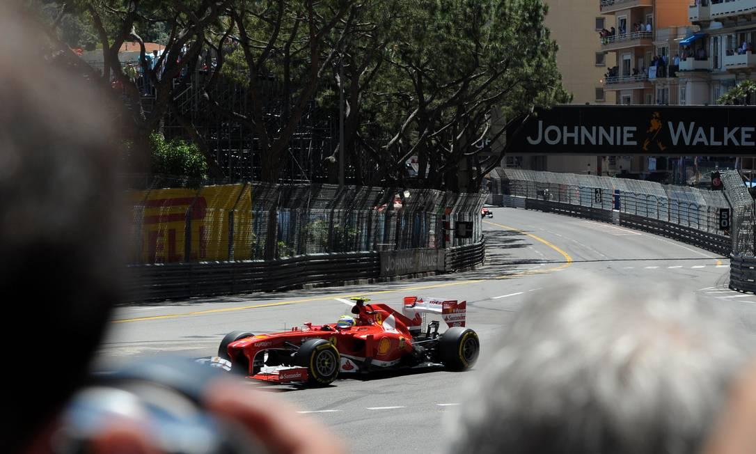 Felipe Massa bateu novamente no mesmo local do dia anterior e abandonou a corrida na 30ª volta. Tom Gandolfini / AFP