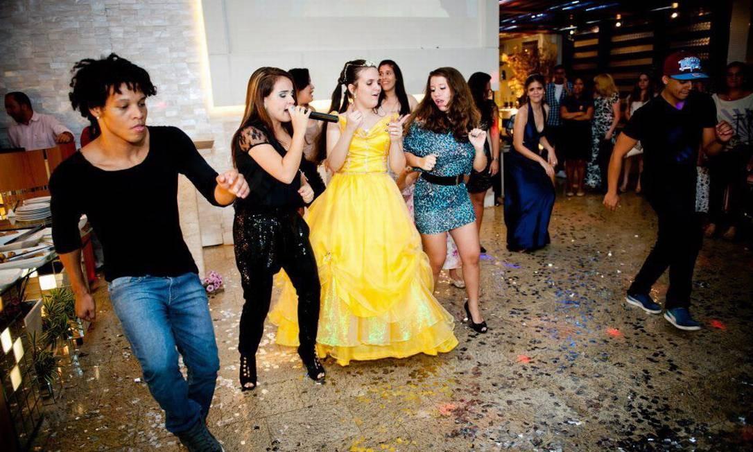 Brunninha (de preto) canta durante baile de debutante. Agenda da artista é lotada de festas Foto: Divulgação