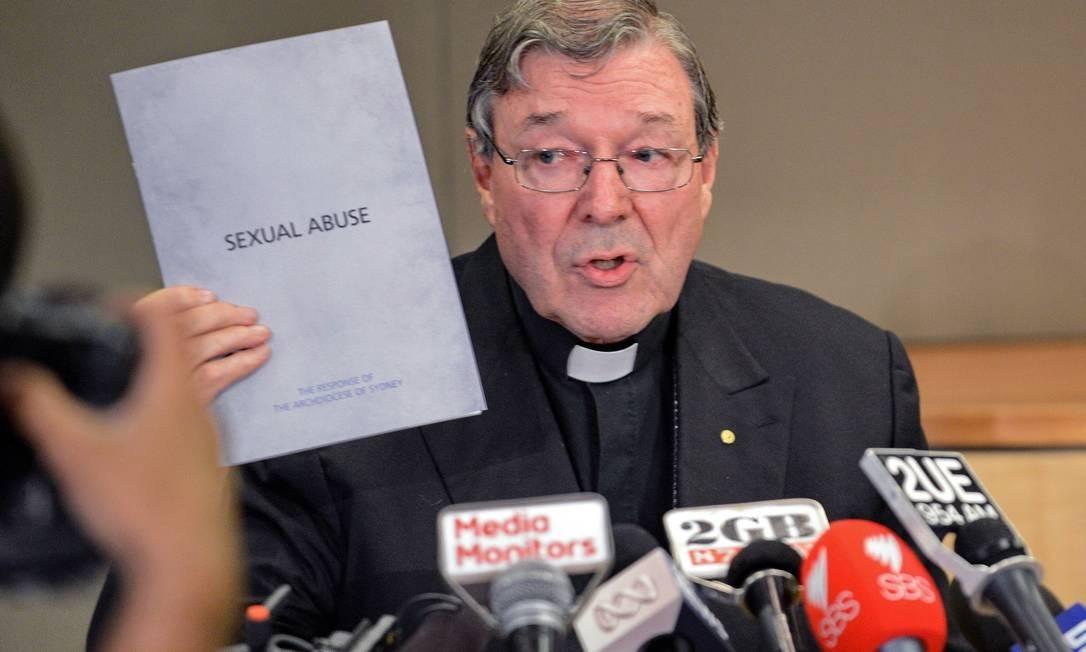 Cardeal George Pell segura documento sobre casos de abuso sexual na Igreja durante audiência Foto: ROSLAN RAHMAN / AFP
