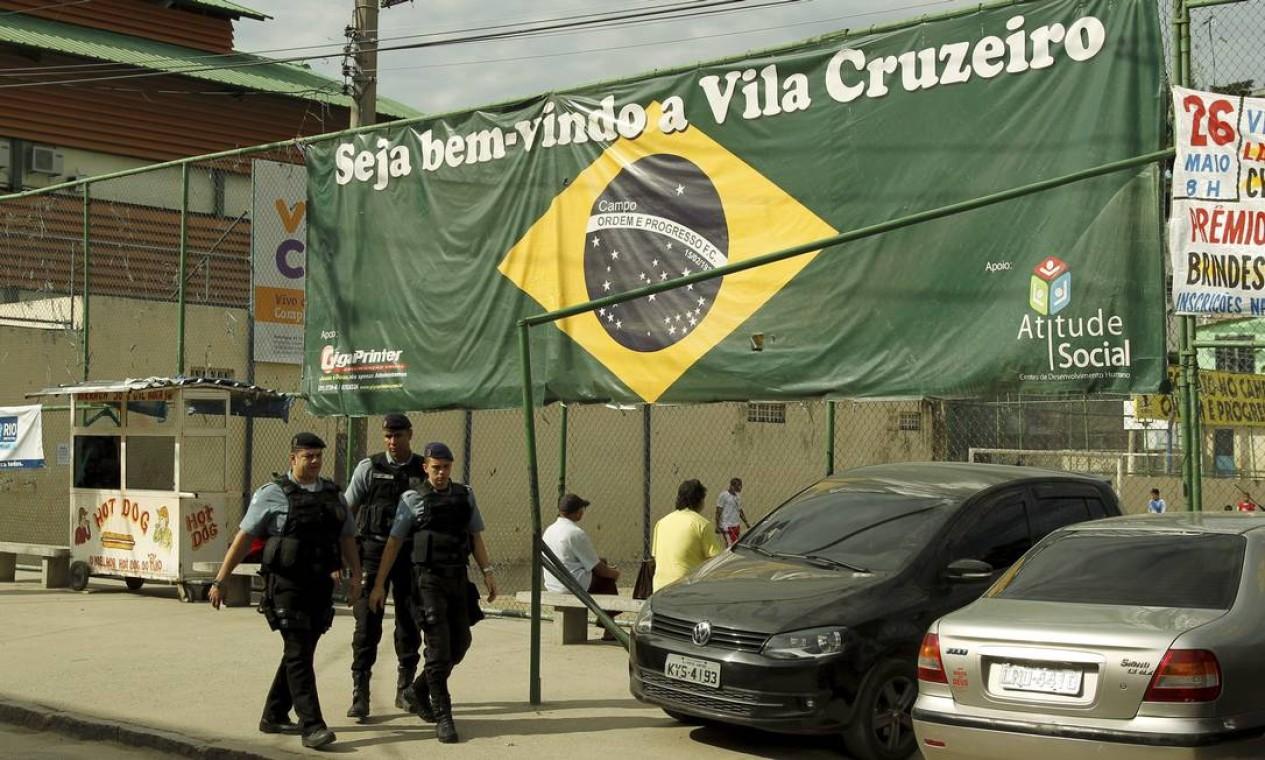 Policiais caminham pela comunidade nesta segunda-feira Foto: Gabriel de Paiva / Agência O Globo