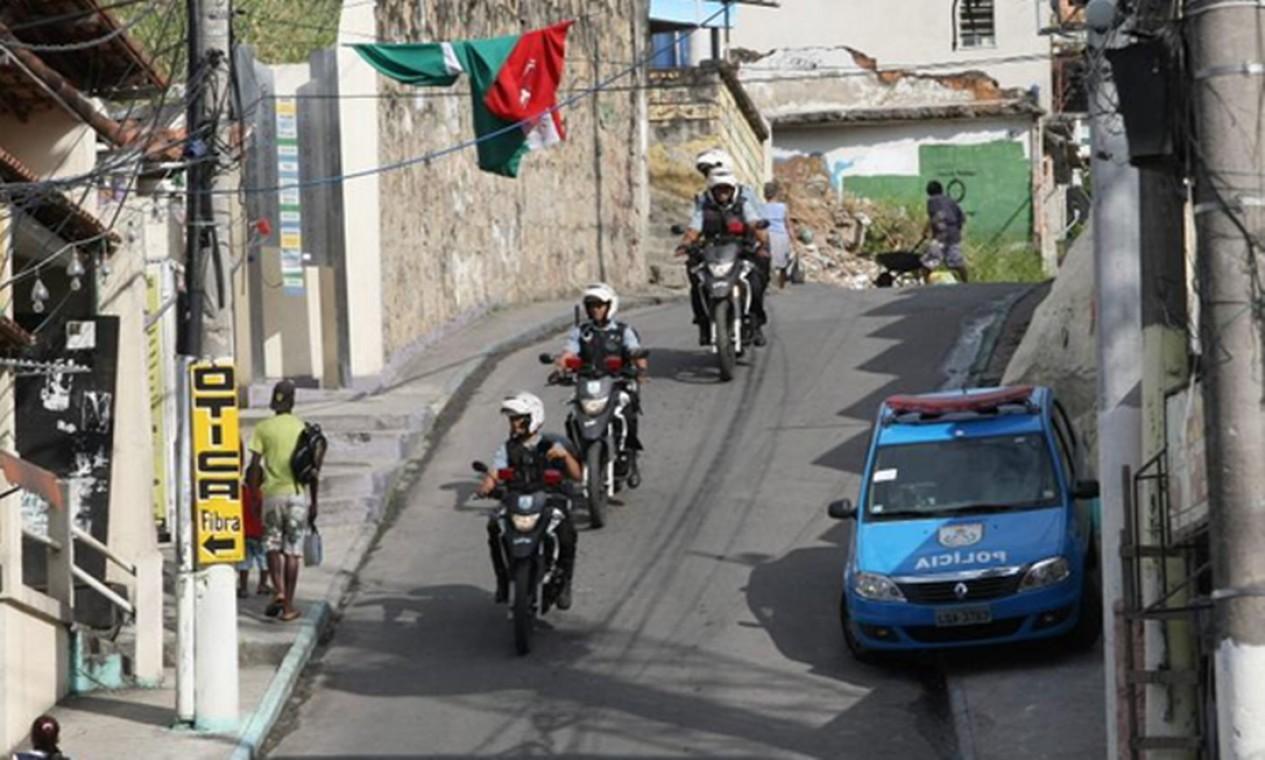 Policiais patrulham a região de motocicletas Foto: Guilherme Pinto / Extra / Agência O Globo