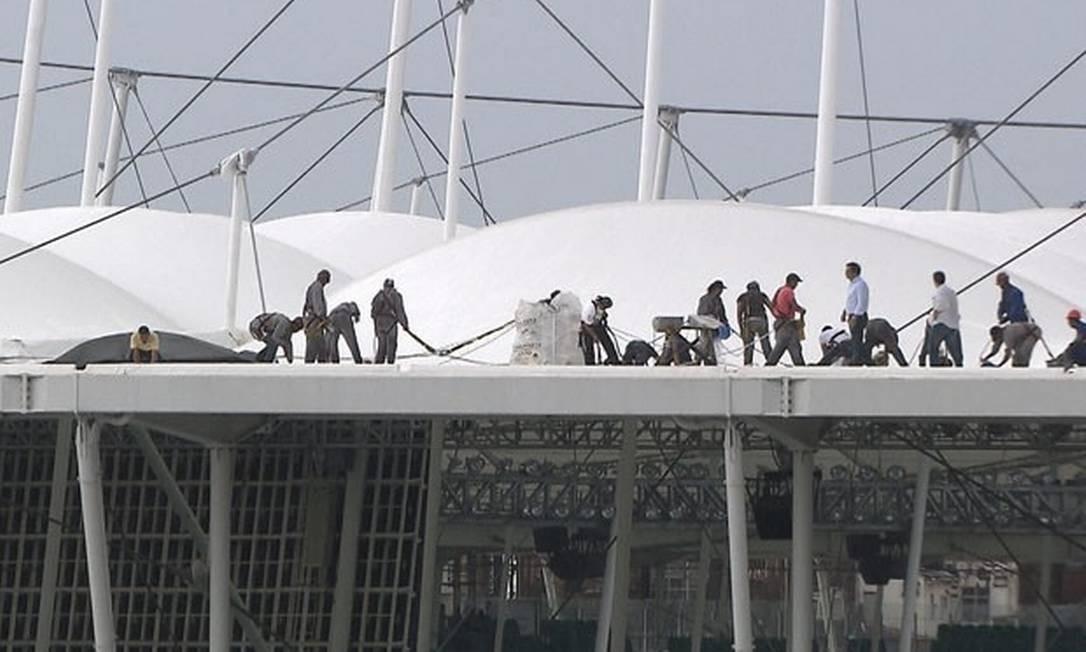 Funcionários analisam o estrago na cobertura da Arena Fonte Nova Foto: Reprodução TV Bahia