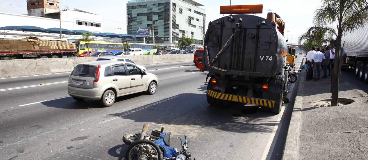 Motociclista morre ao ser atingido por caminhão na Av. Brasil Foto: Pablo Jacob / Agência O Globo