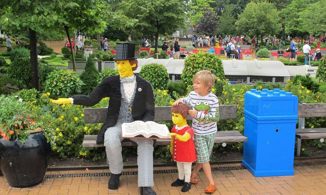 Criança interage com estátuas no parque Legoland, no interior da Dinamarca Foto: Eduardo Maia / Agência O Globo