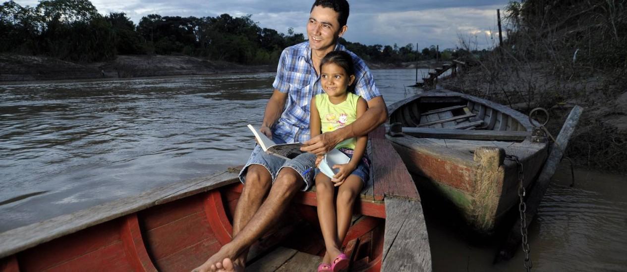 Samoel Lima e filha: até os 14 anos, ele nunca havia frequentado uma escola e agora, aos 31, está concluindo um MBA Foto: Guanabaratejo / Agência O Globo