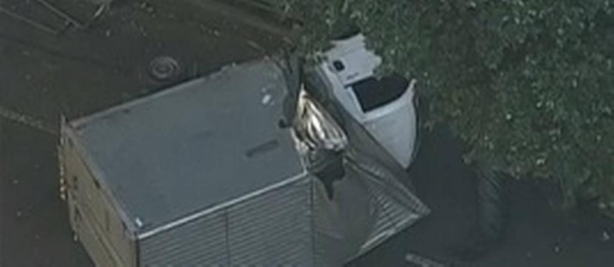 Caminhão tombado na Haddock Lobo, na Tijuca Foto: TV Globo / Reprodução