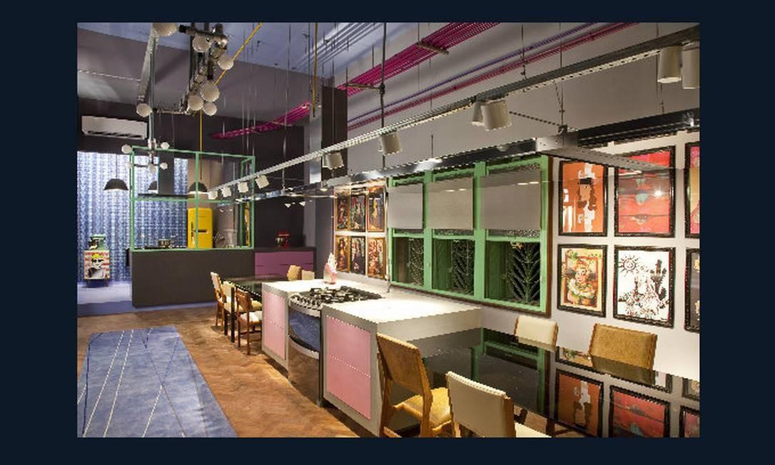 Lounge gourmet. O ambiente tem mesas alinhadas formando grandes bancadas. Famoso por seus retrofits, Gustavo Calazans restaurou o piso de taco e criou luminárias a partir de conduletes Divulgação