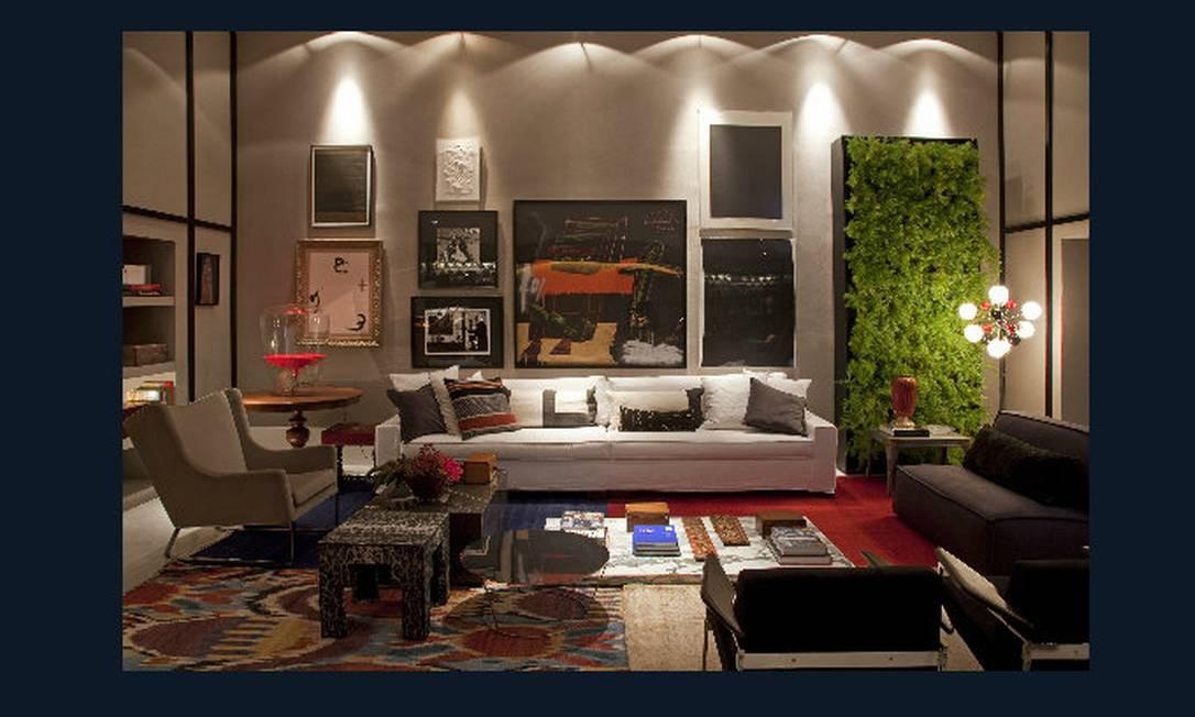 Living. A carioca Paola Ribeiro aproveitou pilares, vigas e teto em abóboda para criar um living sofisticado em que prevalece a mistura de diversas texturas, estampas, objetos e obras de arte Divulgação