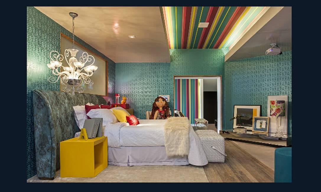 Suíte da menina. Papel de parede aplicado até o teto e mobiliário colorido são o destaque do ambiente criado por Renata Coppola Divulgação