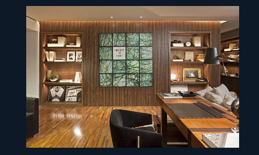 Sala íntima. Projetado pela arquiteta Francisca Reis, o ambiente integrado e aconchegante tem estantes de madeira com prateleiras iluminadas e pode ser usado por toda a família Divulgação